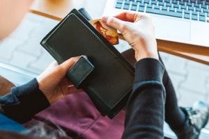 Vay tiền ngân hàng theo bảng lương là sản phẩm thiết yếu cho người tiêu dùng